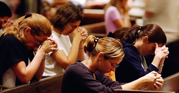 relgiosos orando